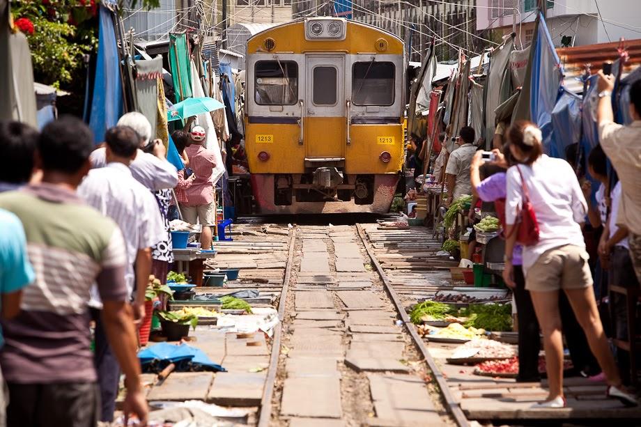 Le marché de Mae Klong - arrivée du train