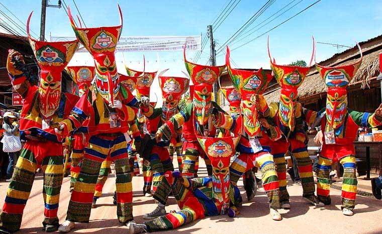 Festival de Phi Ta Khon - défilé traditionnel