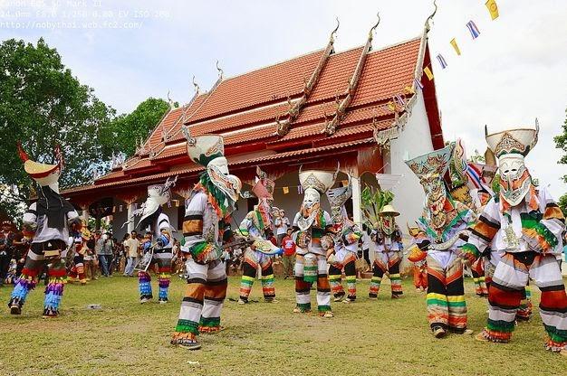 Festival de Phi Ta Khon - danseurs traditionnels