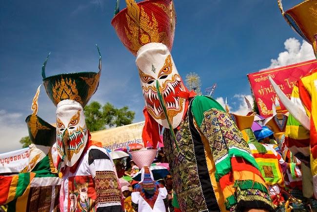 Festival de Phi Ta Khon - masques traditionnels