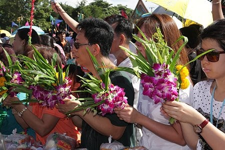 Festival de Tak Bat Thewo à Uthai Thani - Fidèles attendant pour faire leur offrande