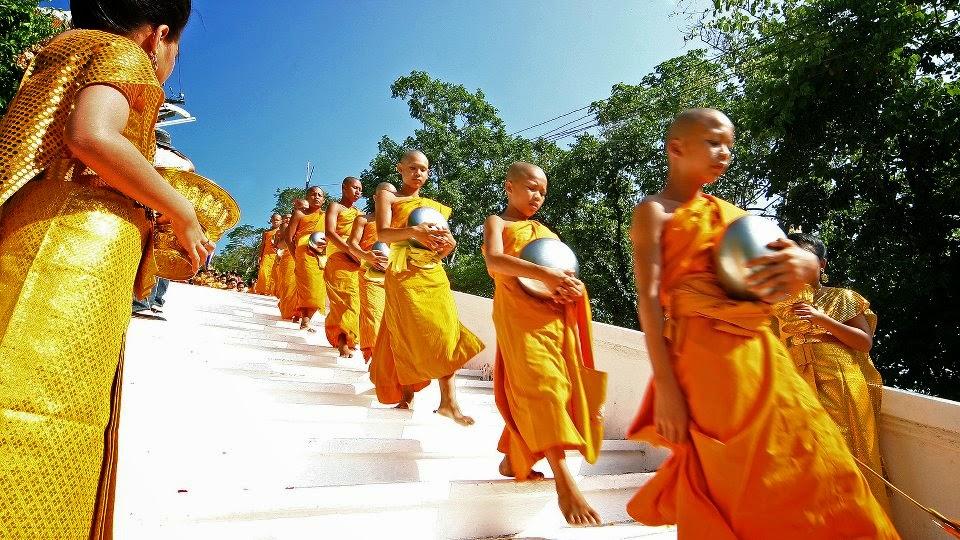 Festival de Tak Bat Thewo à Uthai Thani - Descente des marches par les moines