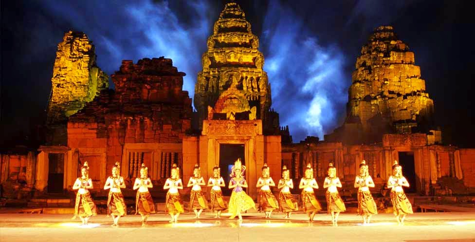 Festival de Phimai - danseuses sur fond de temple