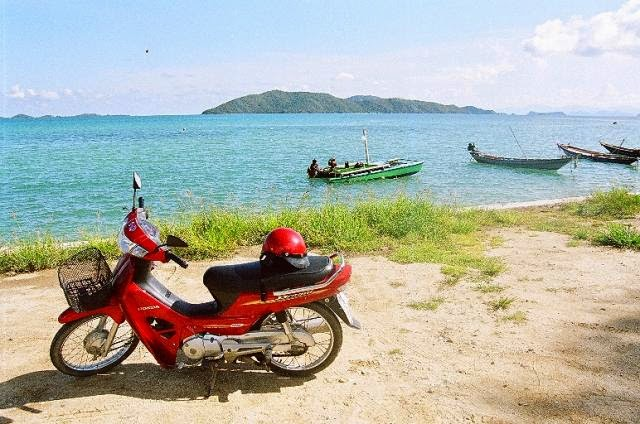 Conseils pour louer un scooter en Thaïlande - Scooter sur fond de plqge