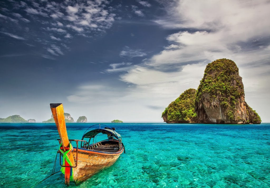 La météo à Krabi , Railay et dans les îles de Koh Lanta et Phi Phi - Eaux turquoises avec un bateau local sur fond d'îles thaîlandaises