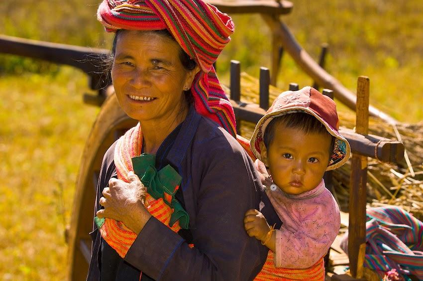 Pai ou l'autre Thaïlande - Une femme et son enfant en habits traditionnels