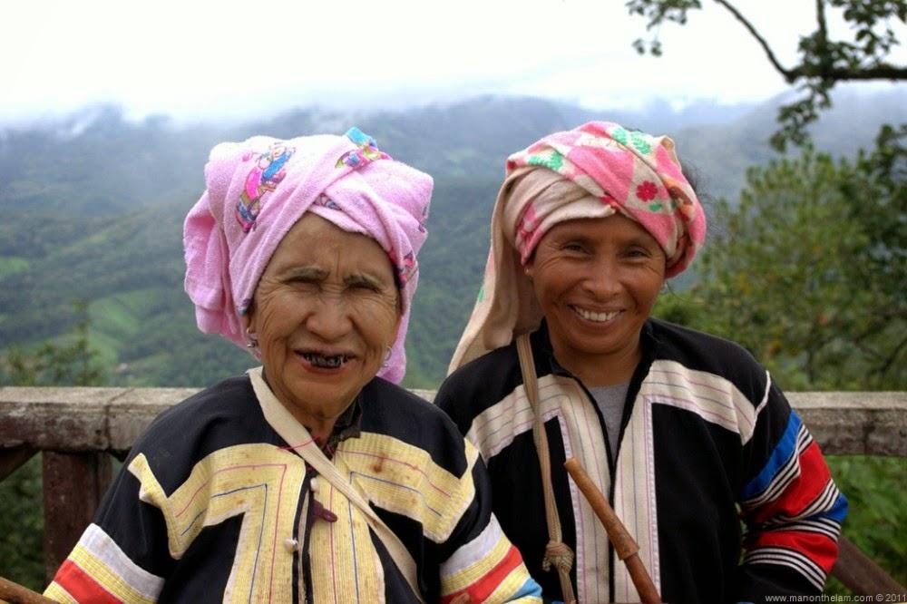 Pai ou l'autre Thaïlande - 2 vieilles femme en habits traditionnels