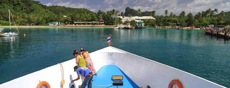 Comment aller à Koh Phi Phi depuis de Bangkok, Krabi, Phuket, Suratthani ou Koh lanta - vue de l'arrivée à Koh Phi Phi depuis le bateau