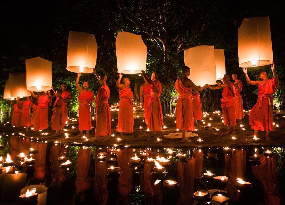Guide des Festivals en Thaïlande - moines avec des lanternes volantes
