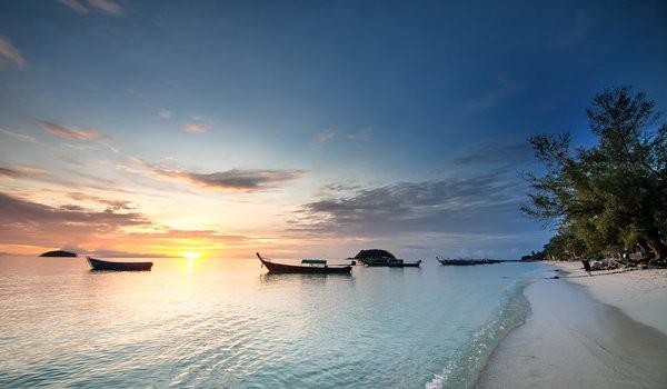 trouver un logement pas cher à Koh Lipe - plage avec coucher de soleil