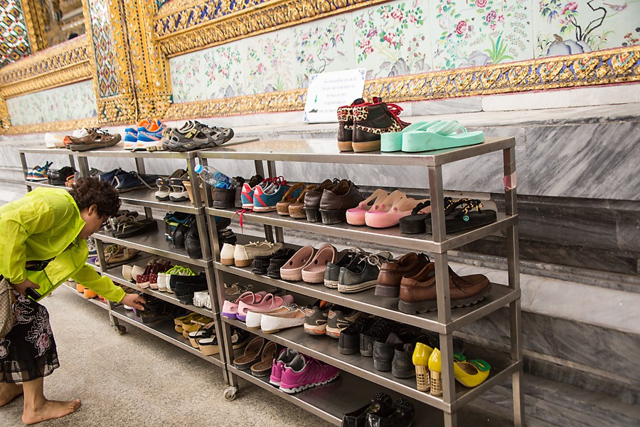 société Thaïlandaise - rack pour poser ses chaussures devant un temple
