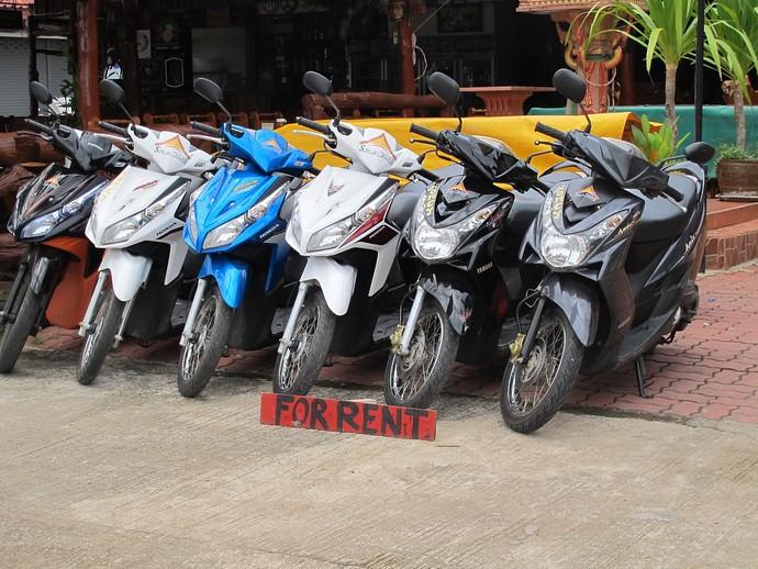 louer un scooter à Koh Tao - des scooters devant un magasin
