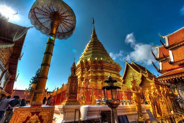 Itinéraire en 5 étapes dans le nord de la Thaïlande - vue d'un temple en contre plongée