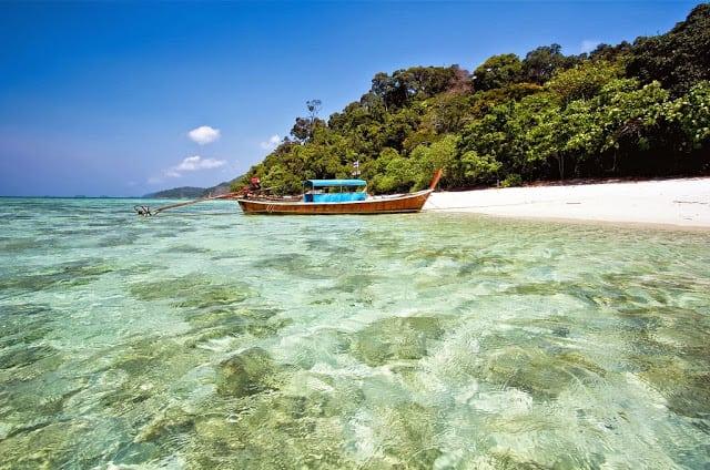 Koh Tarutao - une plage de l'ile avec bateau long tail