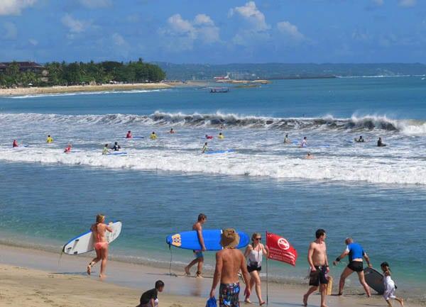 Top 5 hôtels pas chers à Kuta - surfeurs sur le plage de Kuta