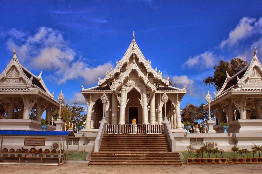 Le Wat Kaew Korawaram : un temple incontournable à Krabi